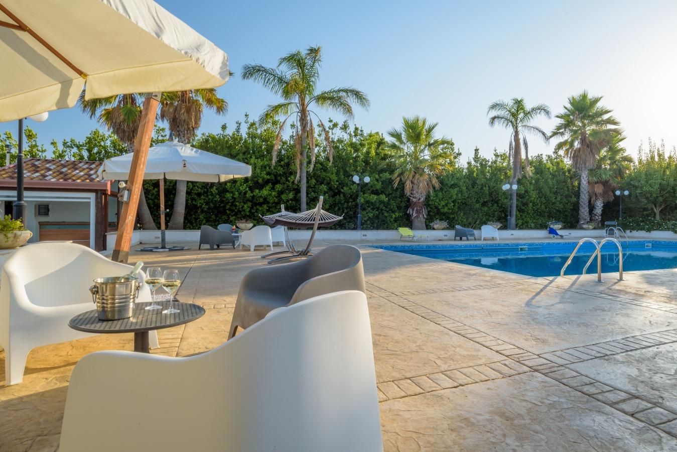Casa vacanze cammaratini villa di lusso con grande piscina for Piscina di lusso